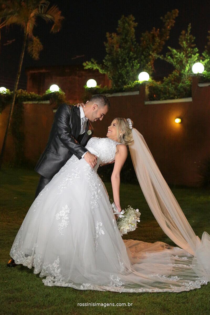sessão de fotos com os noivos no casarão, o beijo de cinema de jennifer e felipe, wedding day casamento, poá suzano, ferraz, mogi