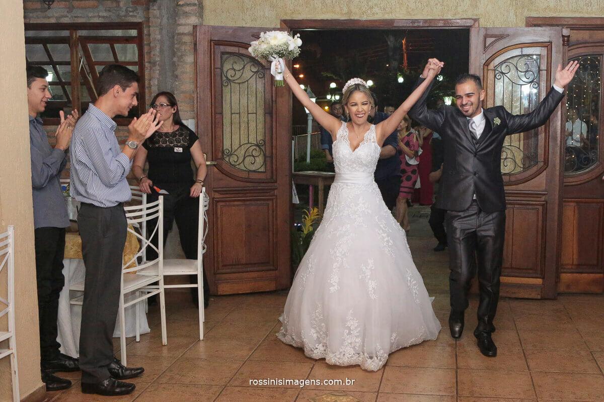 entrada dos noivos na recepção no casarão baronesa, animação e alegria, enlace matrimonial