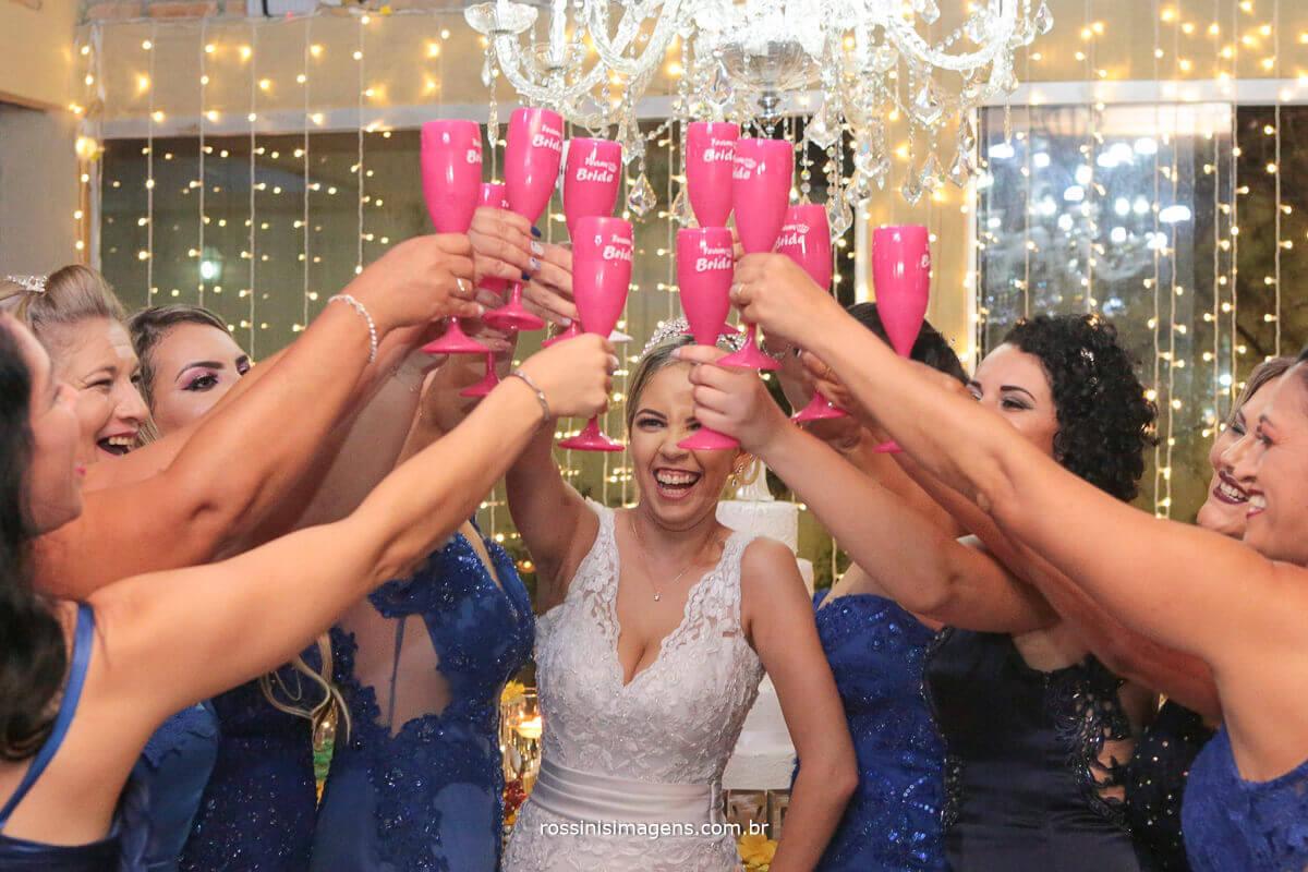 noiva brindando com as madrinhas com taças personalisadas pela jujuta brindes