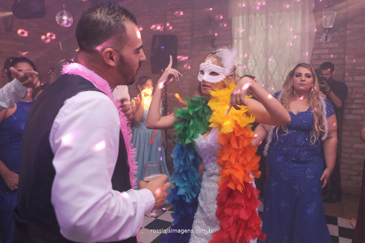 noivos na balada, pista de dança, plumas colorida, cores da balada