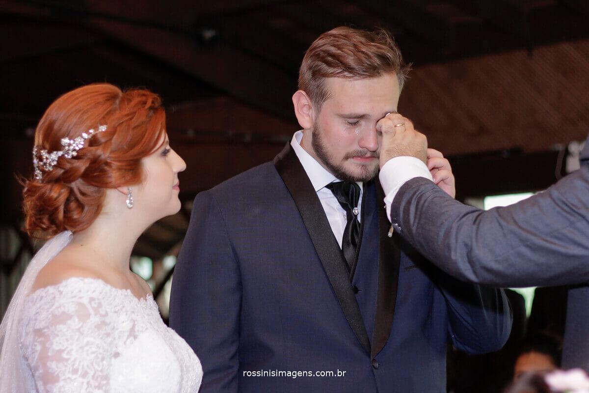 fotografo de casamento - rossinis imagens, noivo chorando e pai enxugando a lagrima do filho