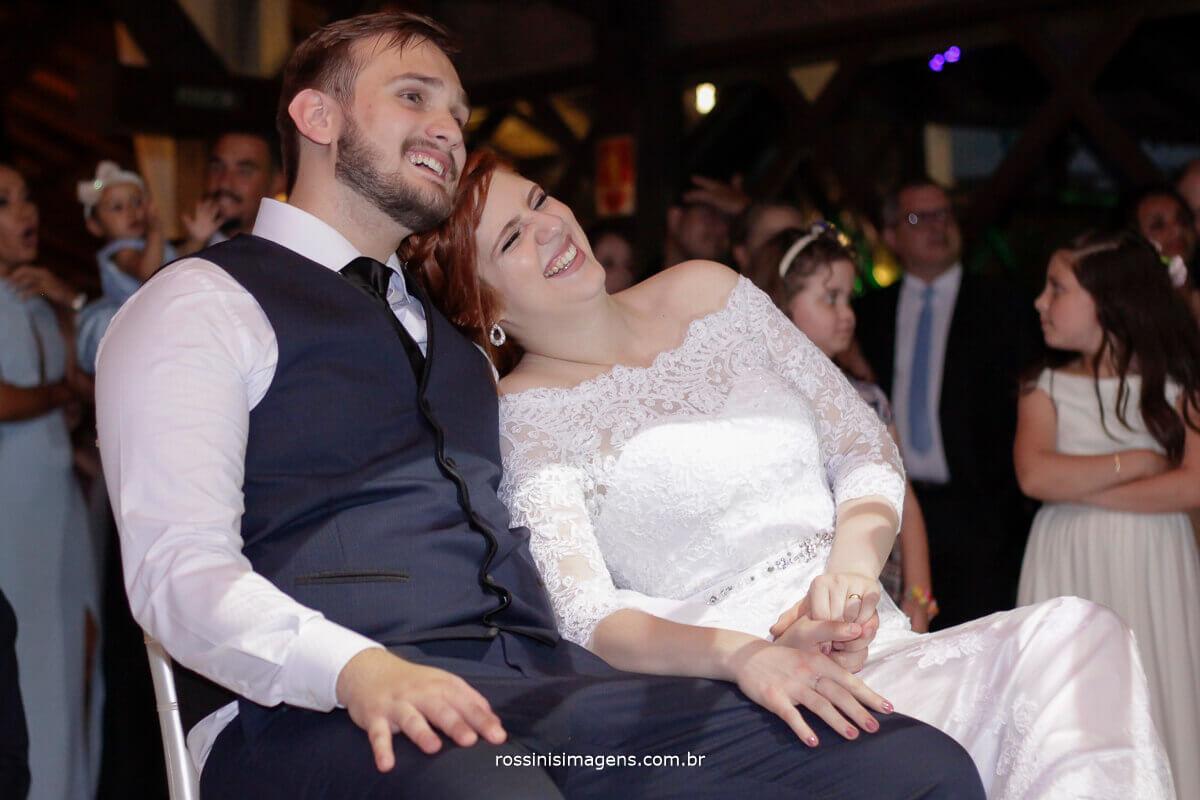 fotografo de casamento - rossinis imagens, casal assistindo love story e homenagem dos amigos da Alemanha, holanda