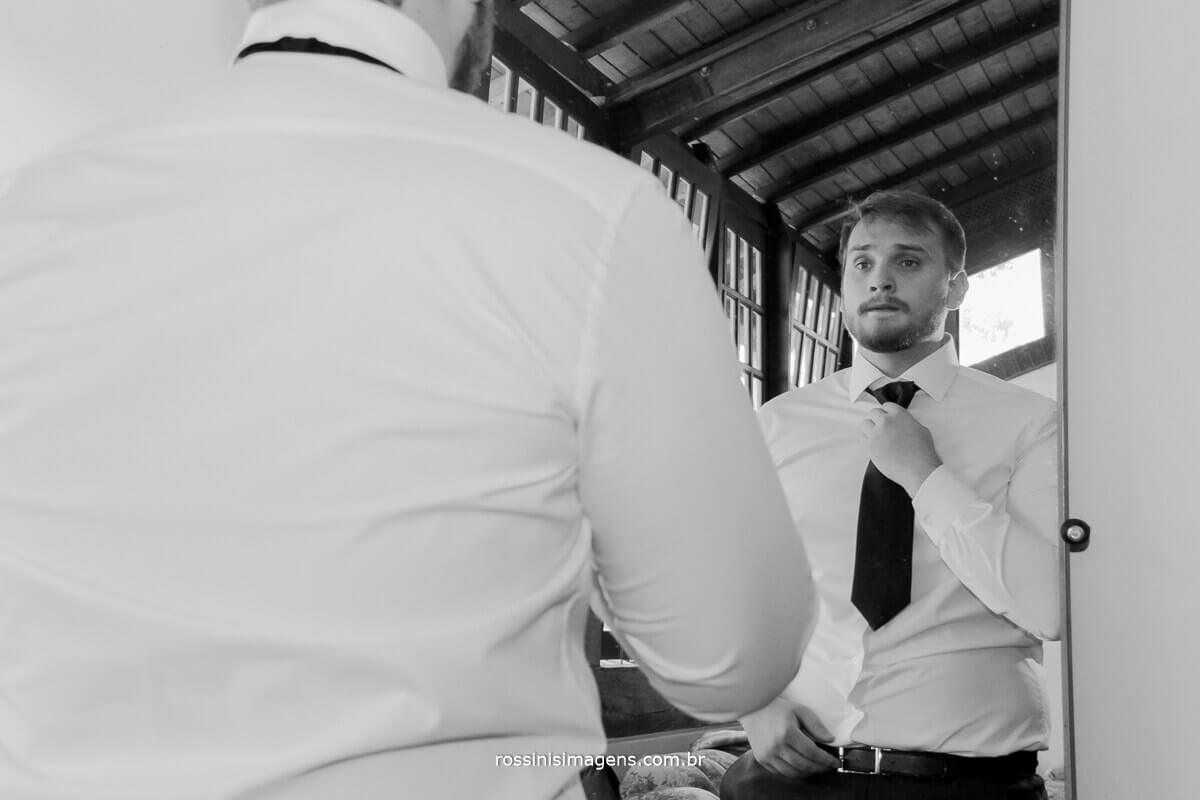 fotografo de casamento - rossinis imagens, noivo colocando a gravata no making of casa da arvore