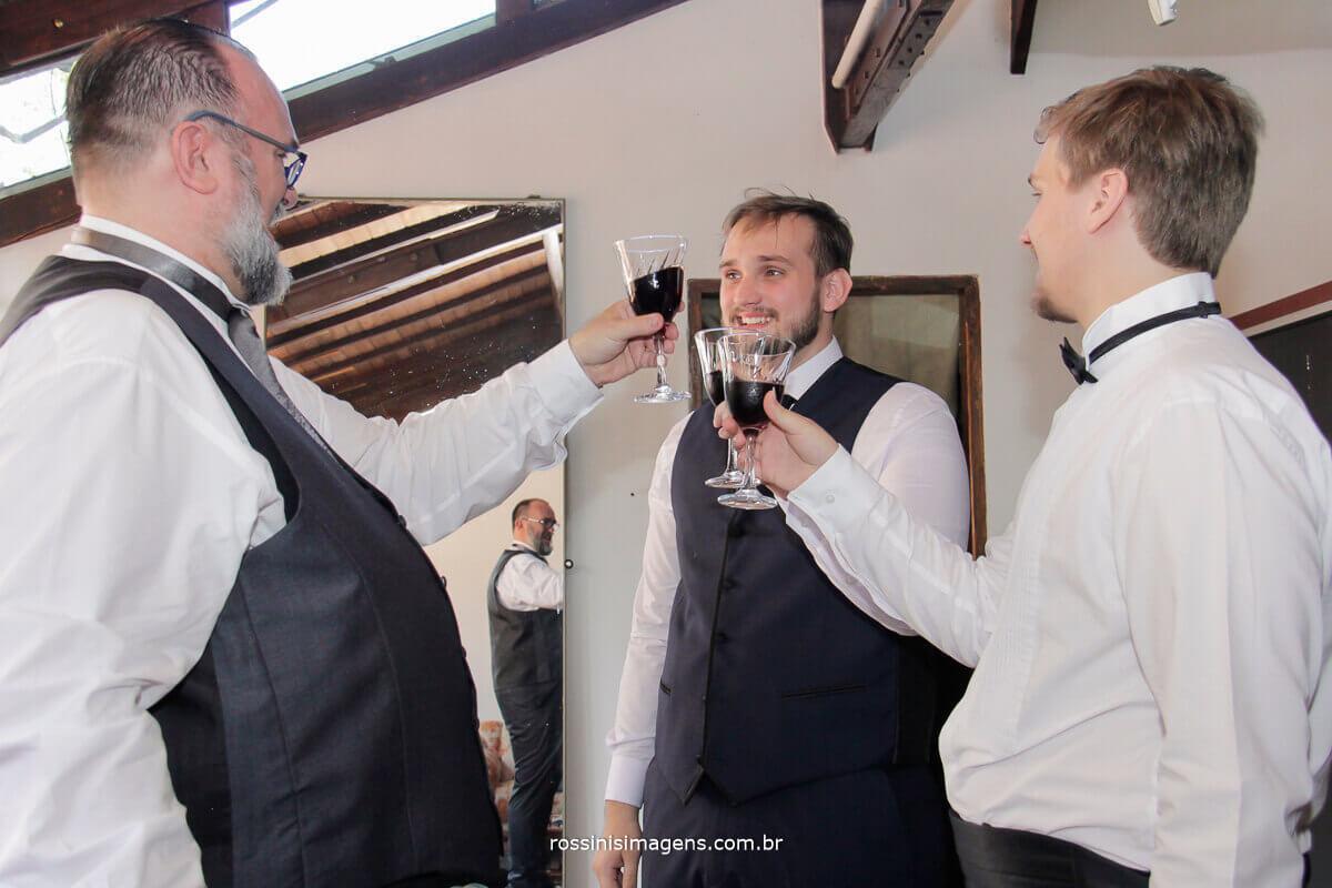fotografo de casamento - rossinis imagens, brinde do pai noivo e irmão no making of