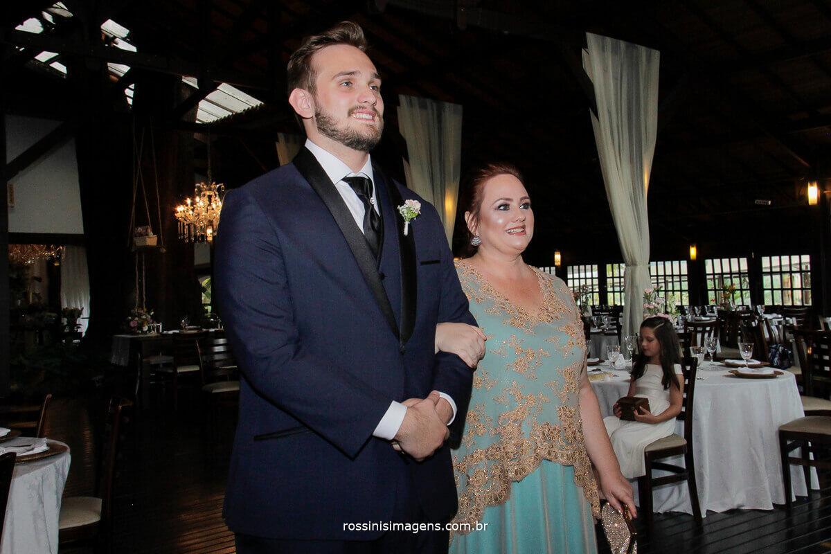 fotografo de casamento - rossinis imagens,  entrada do noivo kevin na cerimonia de casamento na casa da arvore em mogi