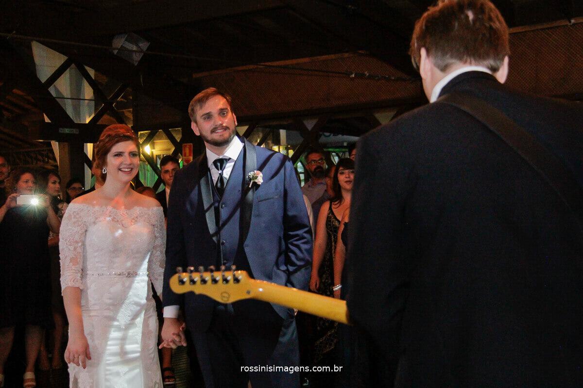 fotografo de casamento - rossinis imagens, homenagem do irmão do noivo tocando guitarra, hey brother avicii, toca muito guitarra