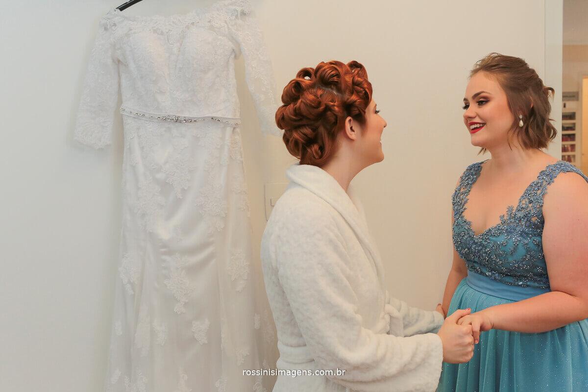 noiva e prima, no making of dia da noiva, madrinha emocionada, madrinha de azul e noiva de robe