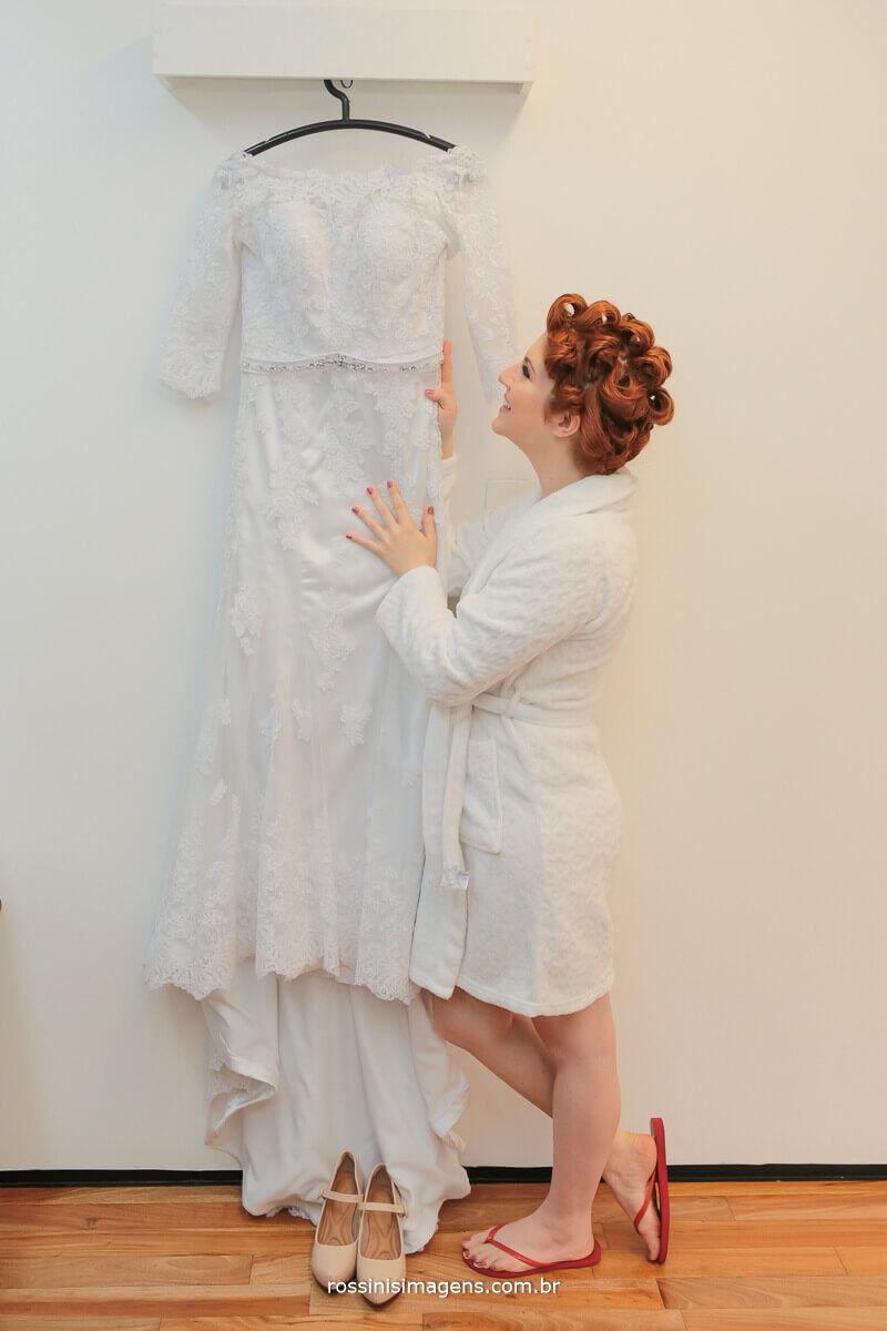 noiva emocionada ao vero o vestido , noiva de robe sentindo o vestido