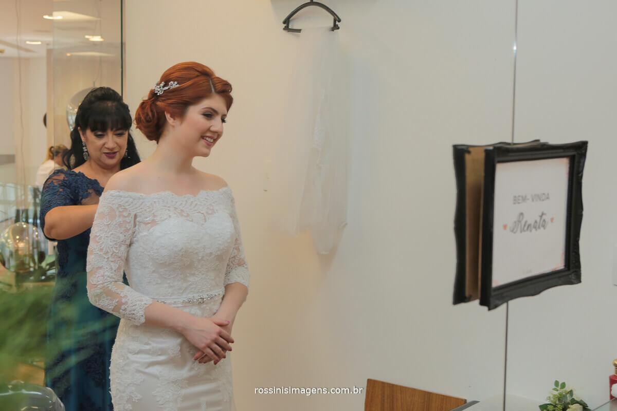 mãe da noiva fechando o vestido da filha no dia da noiva making of cerimonia e festa rossinis imagens