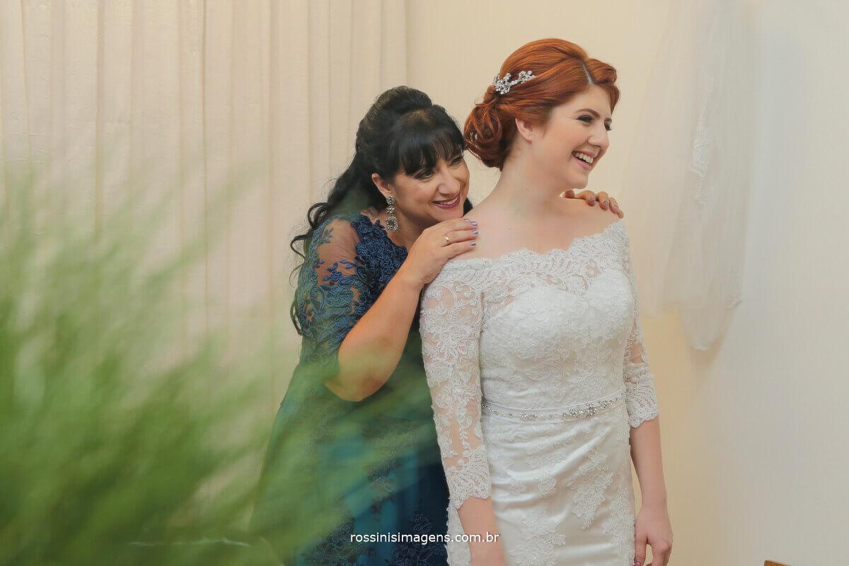 reflexo no espelho mãe fechando o vestido da noiva, wedding day noiva de branco