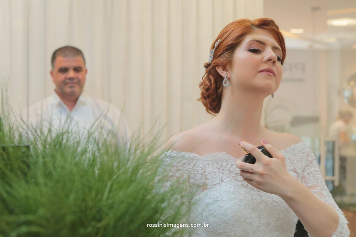pai da noiva vendo a noiva passando perfume momento lindo de pai e filha dia do casamento