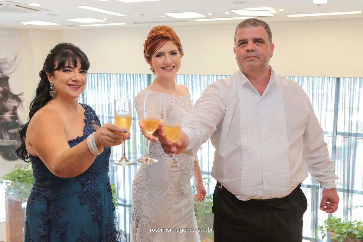 mae, noiva e pai fazendo brinde no dia da noiva em mogi rossinis imagens fotografo de casamento