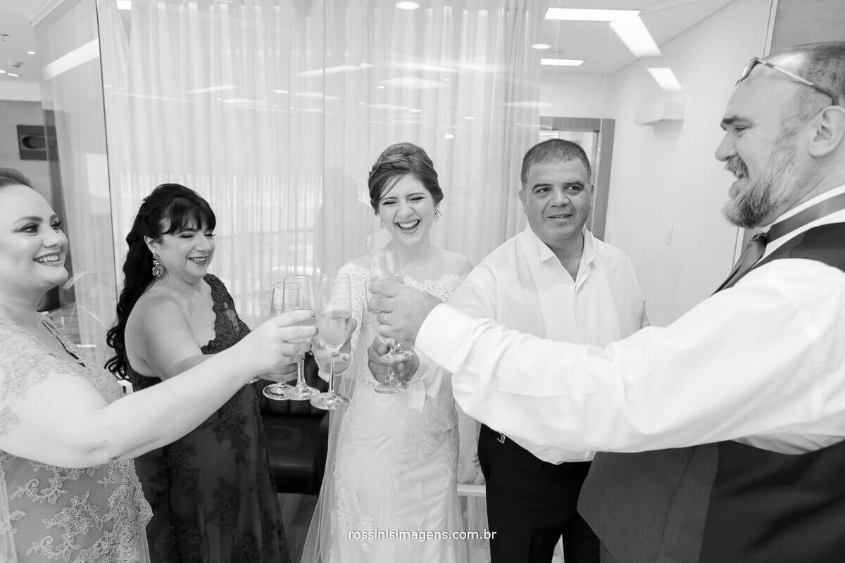 brinde com a noiva familia da noiva e familia do noivo pai, mae sogra e sogro, fazedno brinde no making of