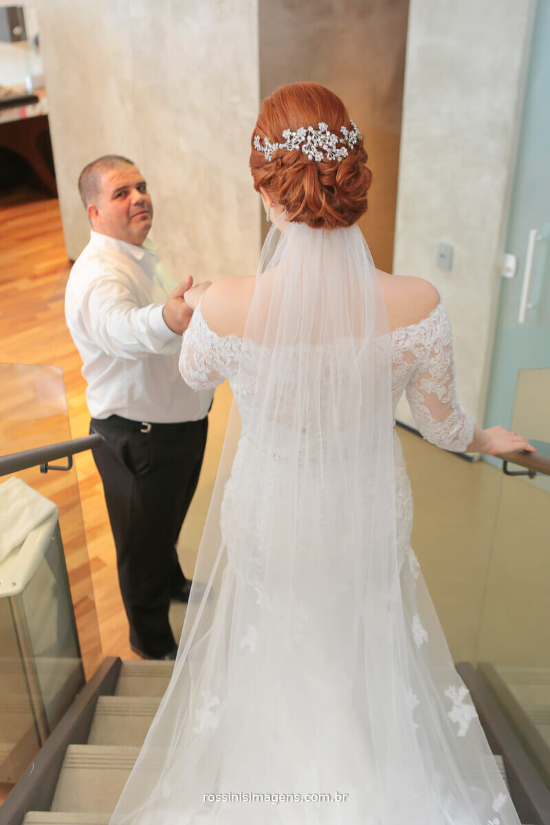 pai recebendo e conduzindo sua filha no making of dia da noiva