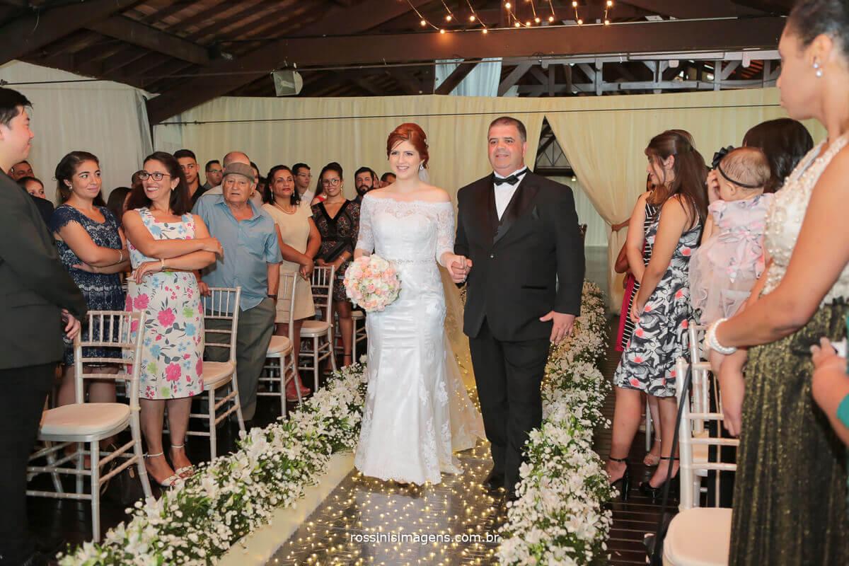 linda entrada da noiva renata na passarela piso paris na casa da arvore em mogi com rossinis imagens fotografo de casamento
