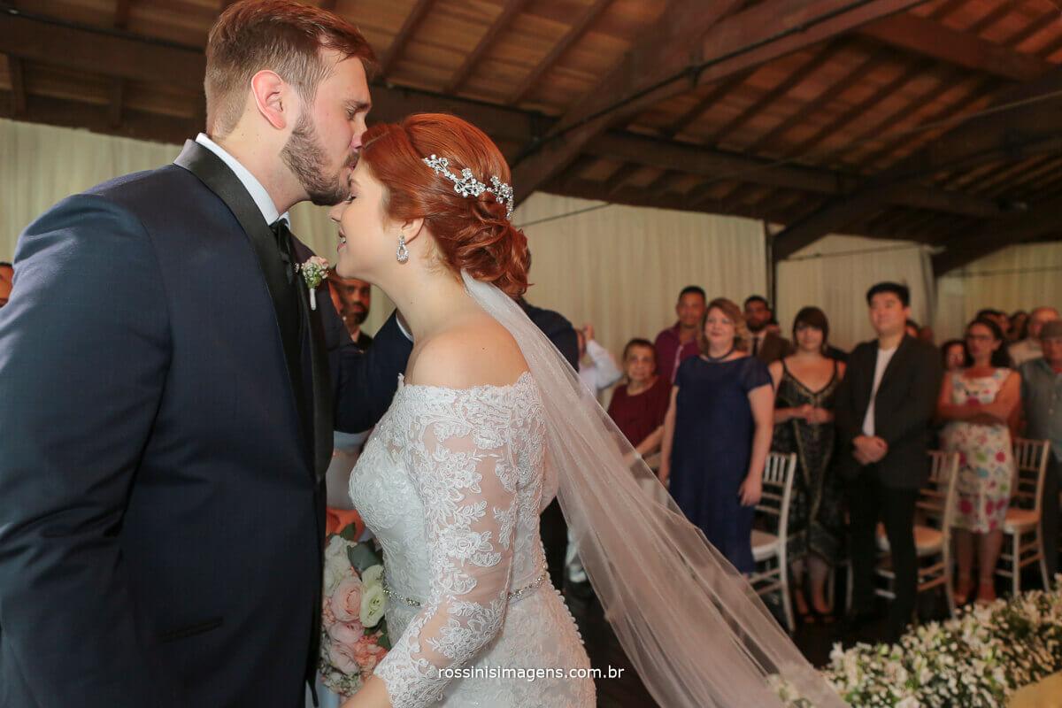 noivo recepcionando a noiva no altar com um beijo na testa, casamento em mogi, fotografo, casa da arvore wedding day