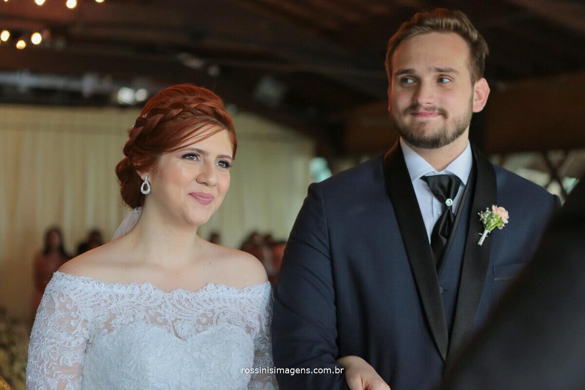 noivos durante a cerimonia de casamento na casa da arvore