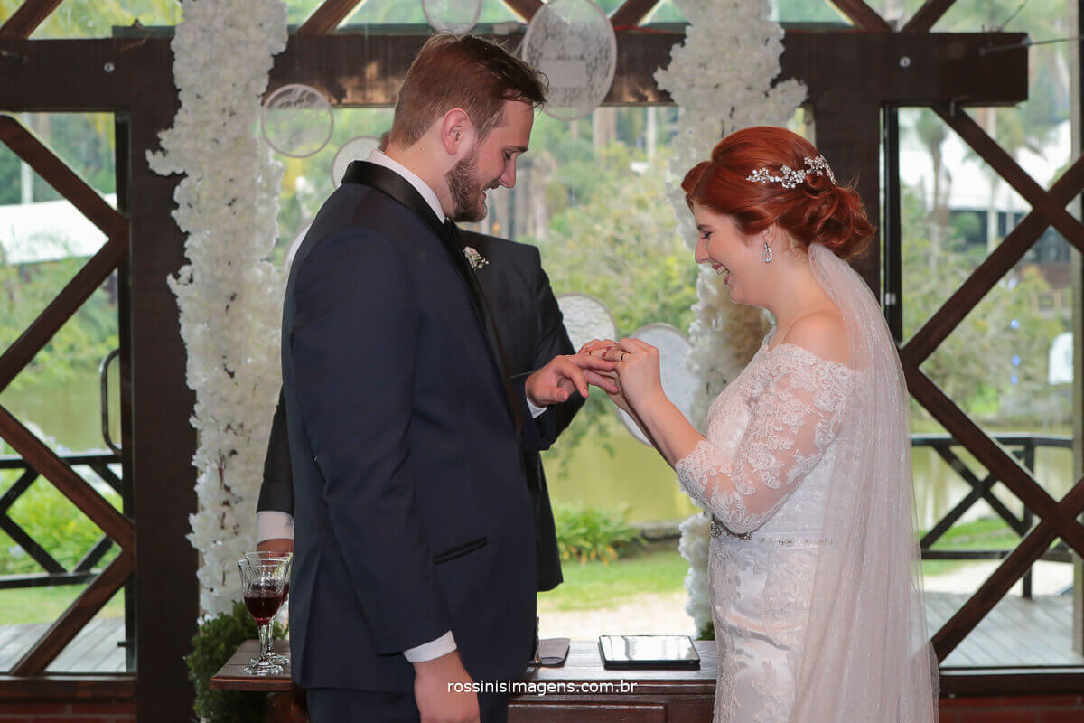 noivos fazendo os votos, noiva colocando a alinaça