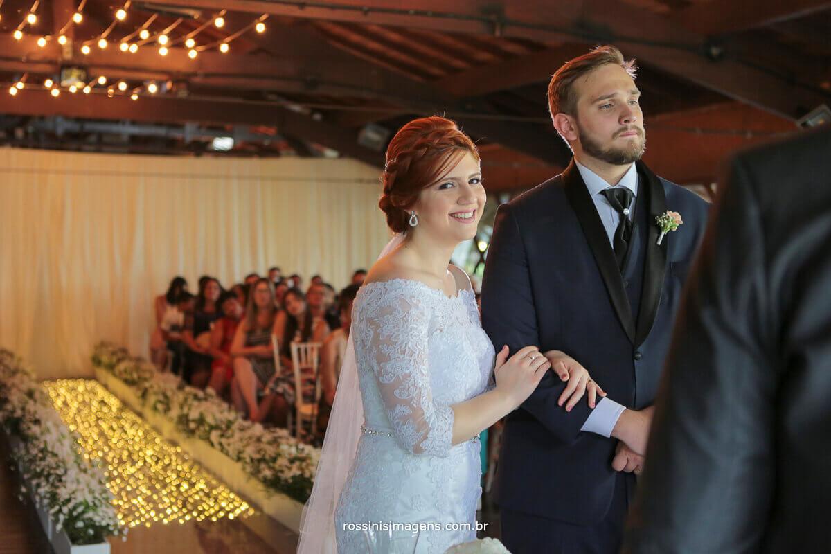 noiva feliz e sorridente durante a cerimonia, renata e kevin família unida