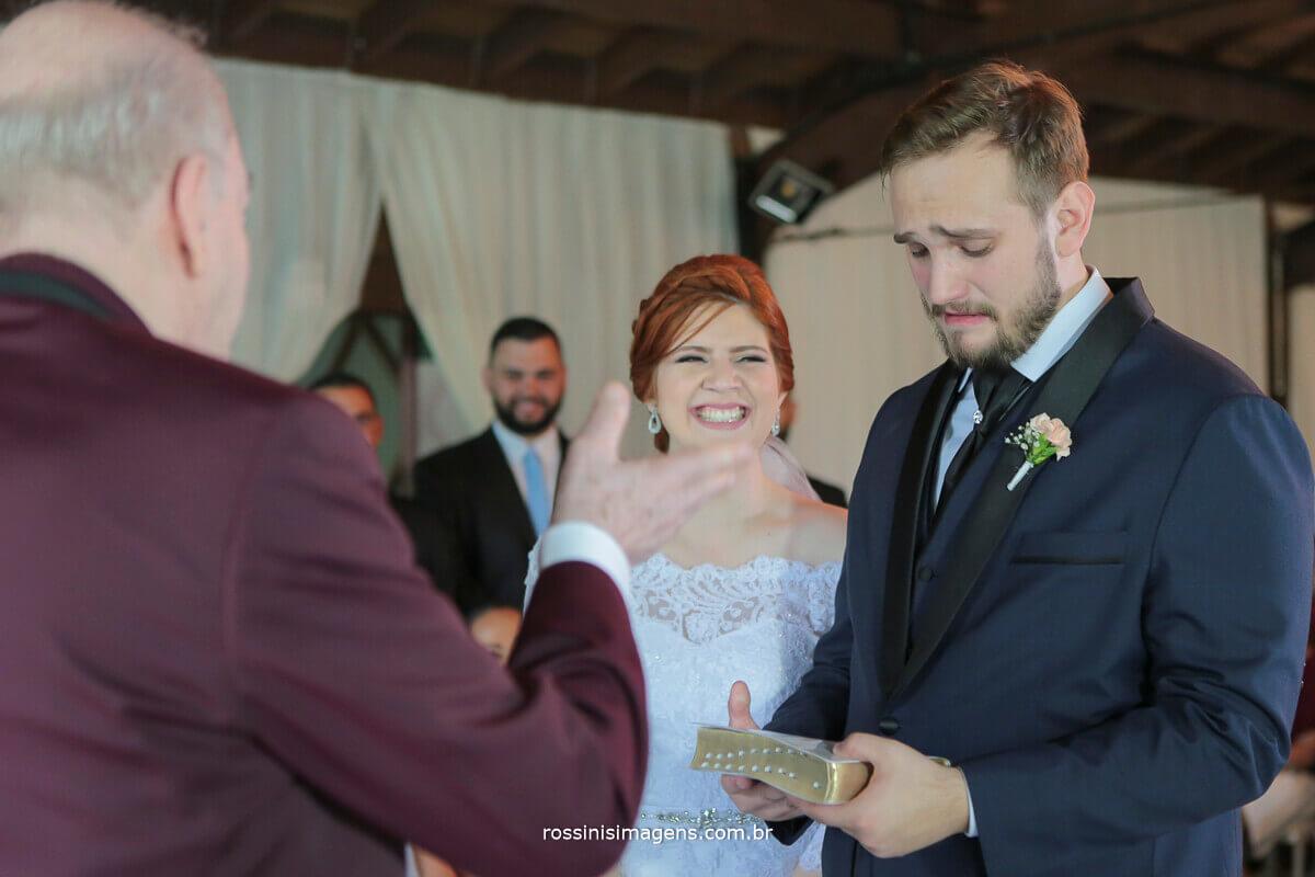 avó do noivo entregando um dos maiores presentes para a vida de casados o livro a base do casamento a bíblia sagrada
