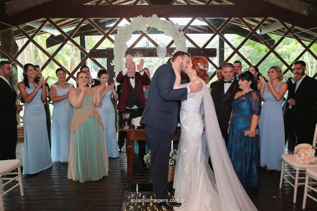 primeiro beijo de casados de kevin e renata casaram na casa da arvore em mogi com fotografia da rossinis imagens, buffet degustte, fv decoração, rafa red dj