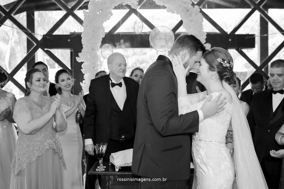 noiva e noivo dando o primeiro beijo de casados