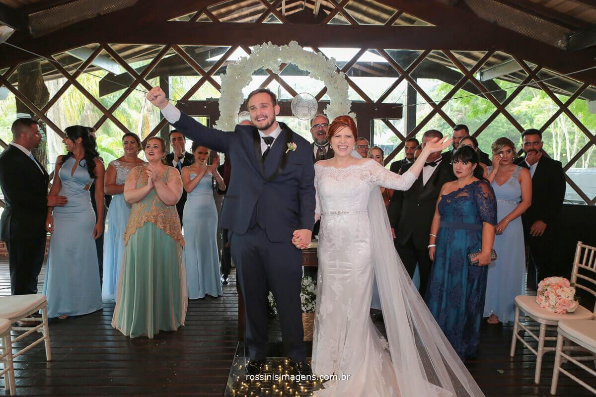 noivos comemorando a união do casamento