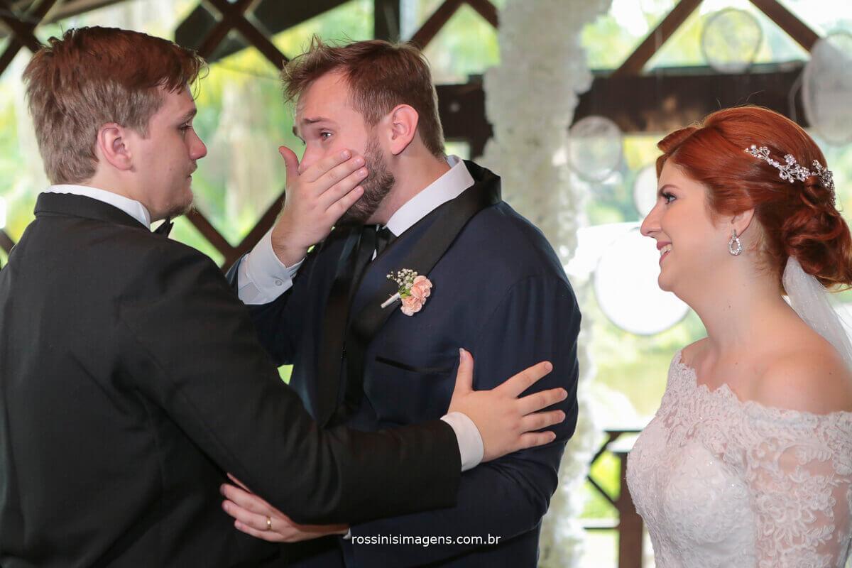 noivo chara ao dar abraço no irmão mais novo, no altar