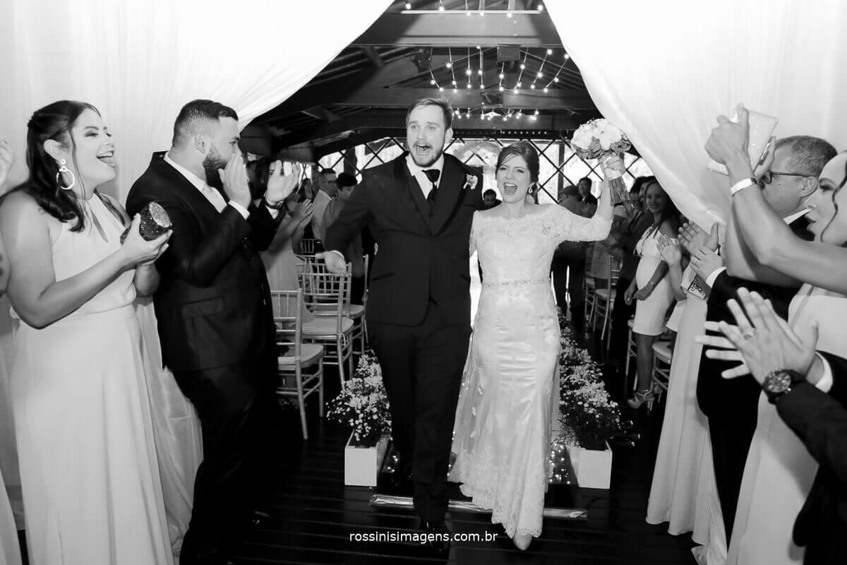 saida dos noivos com muita animação alegria e muita felicidade