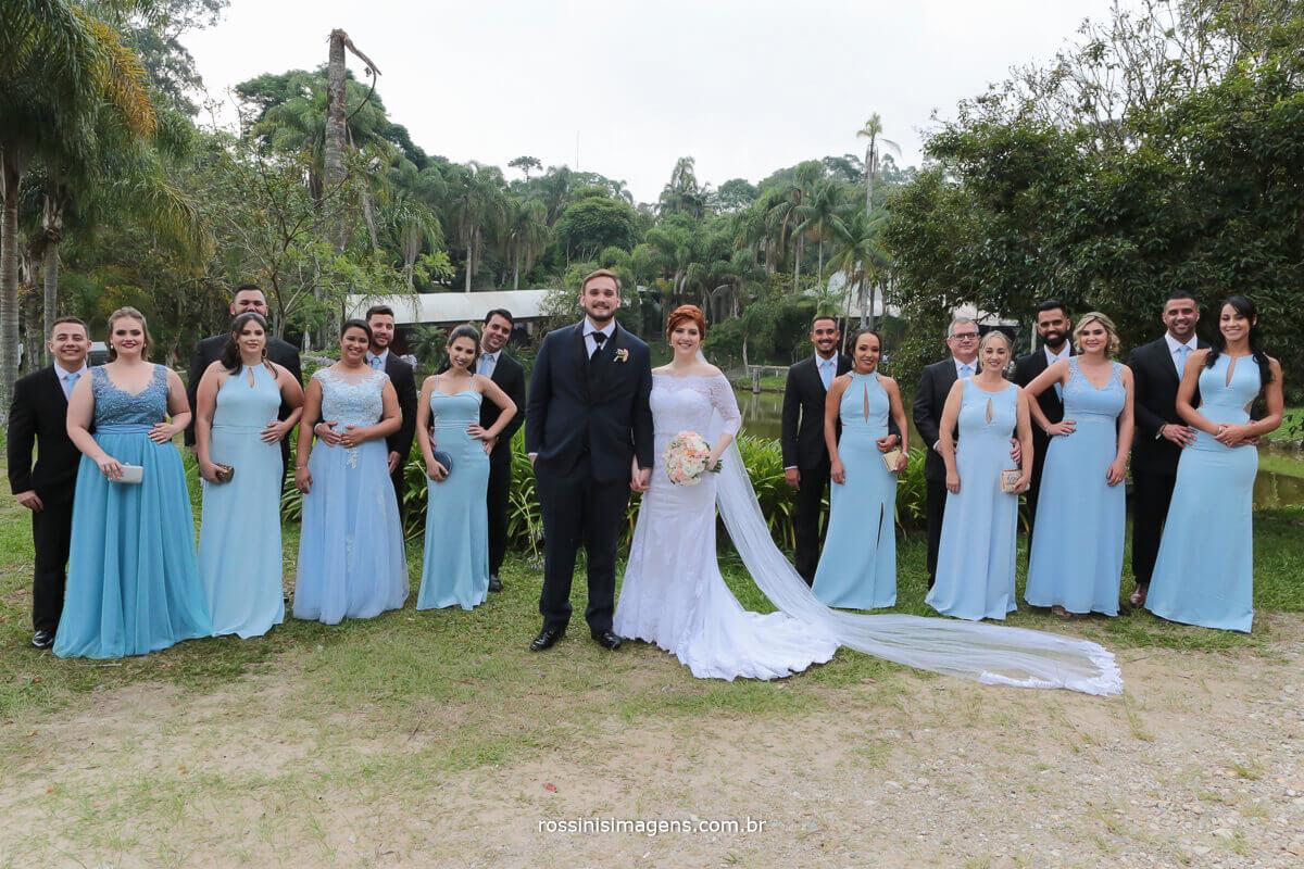 sessão de fotos coletivas dos padrinhos com as madrinhas e os noivos