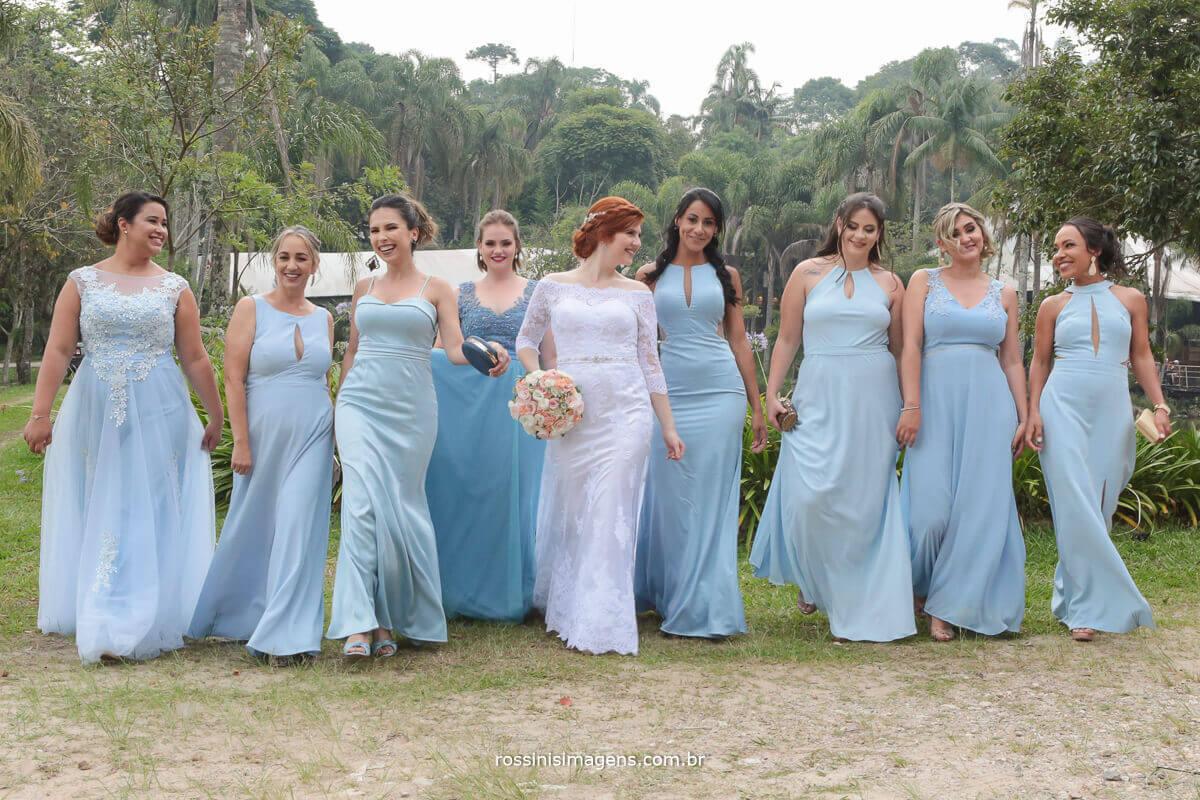 madrinhas divas de azul  desfilando junto com a noiva