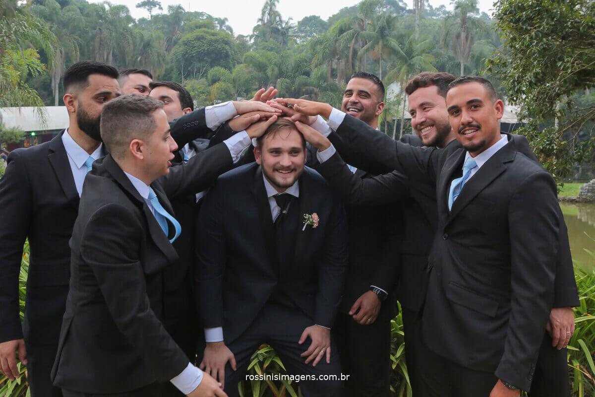 padrinhos e noivo brincando com o noivo, casamento na casa da arvore, rossinis imagens fotografo de casamento