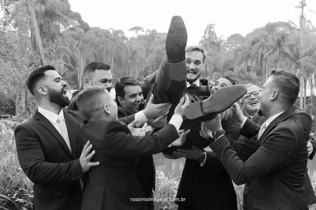 sessão de fotos padrinhos jogando noivo para o alto, wedding casa da arvore mogi rossinis imagens
