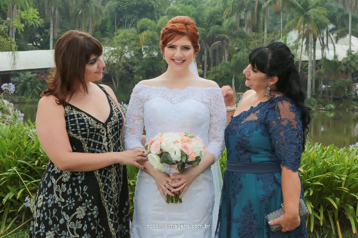 irmã e mae com a noiva familia e o buquê