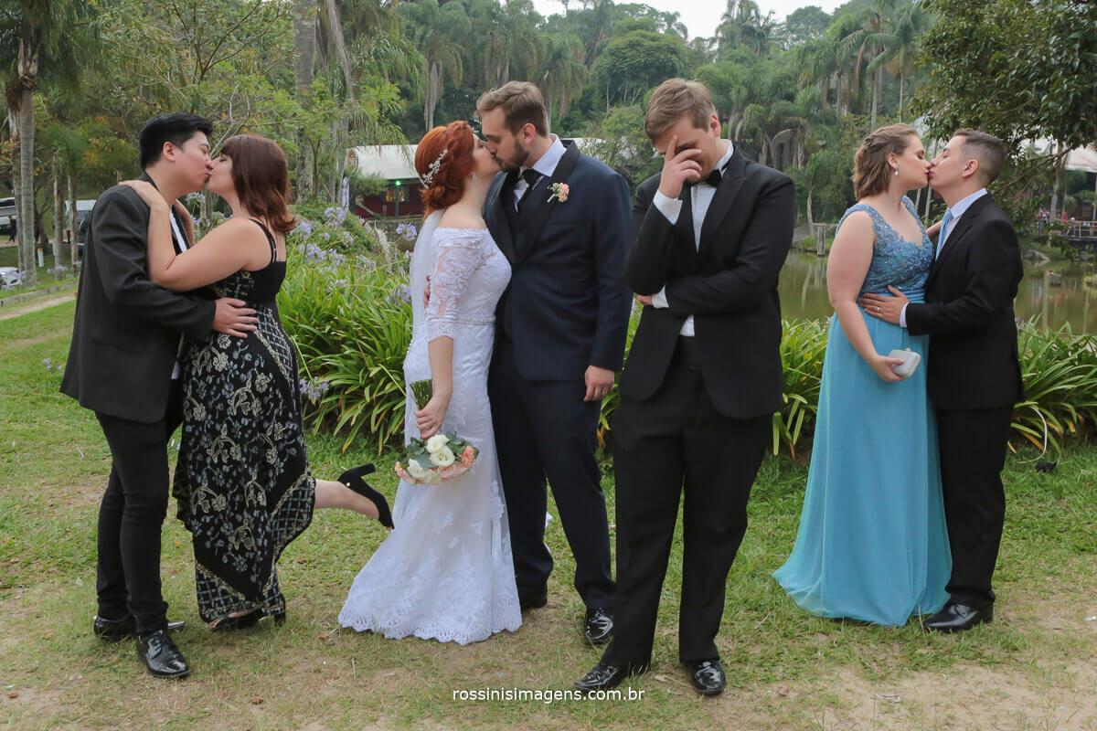quando o irmão mais novo é solteiro, irmãos e cunhados dando beijo e irmão mais novo deseperado