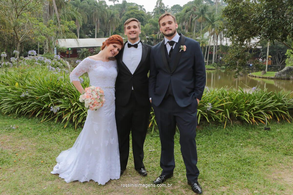 fotografia de familia irmão mais novo do noivo em foto com o casal rossinis imagens mogi