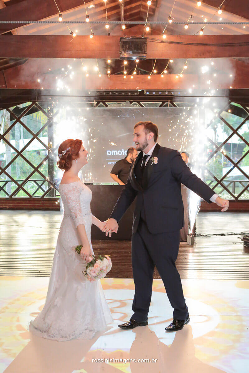 entrada dos noivos na recepção na pista de dança com fogos indor, chuva de prata