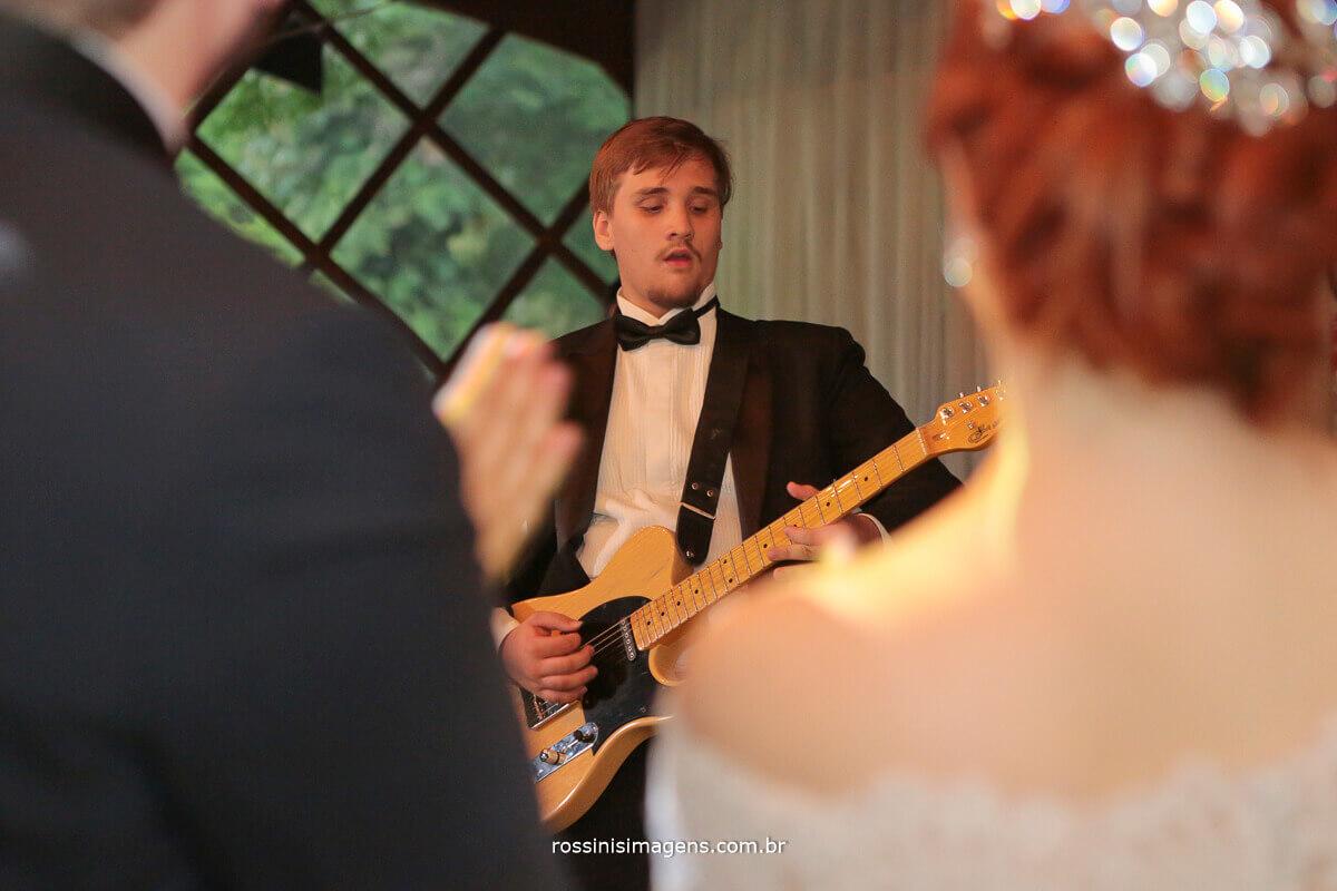 irmão homenageando o noivo ao som da aviici coma musica hey brother