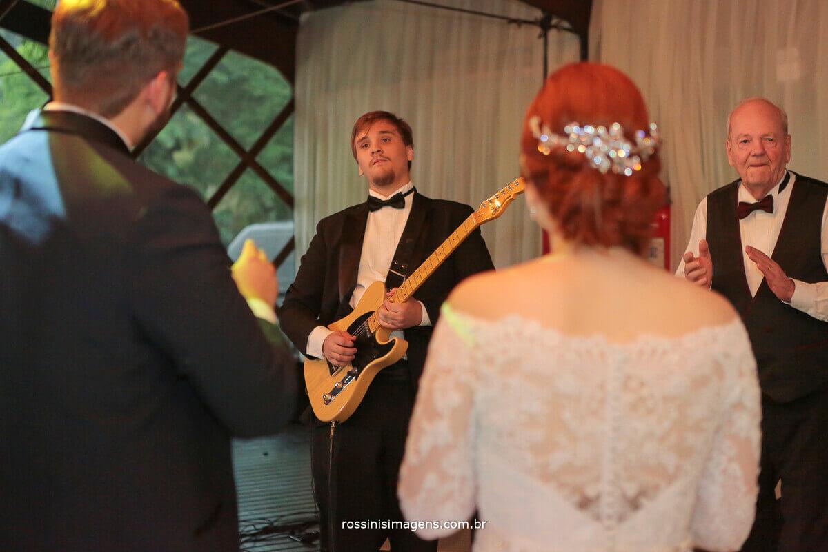 noivos emocionados com a homenagem do irmão mais novo, tocando guitarra, sensacional