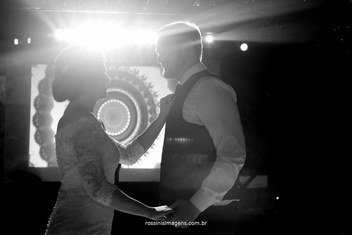 dança dos noivos na balada, pista de dança com projeção