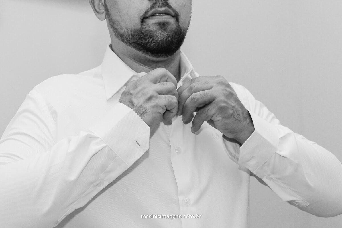 making of do noivo, noivo abotoando a gola da camisa no dia do casamento  fotografo de casamento rossinis imagens