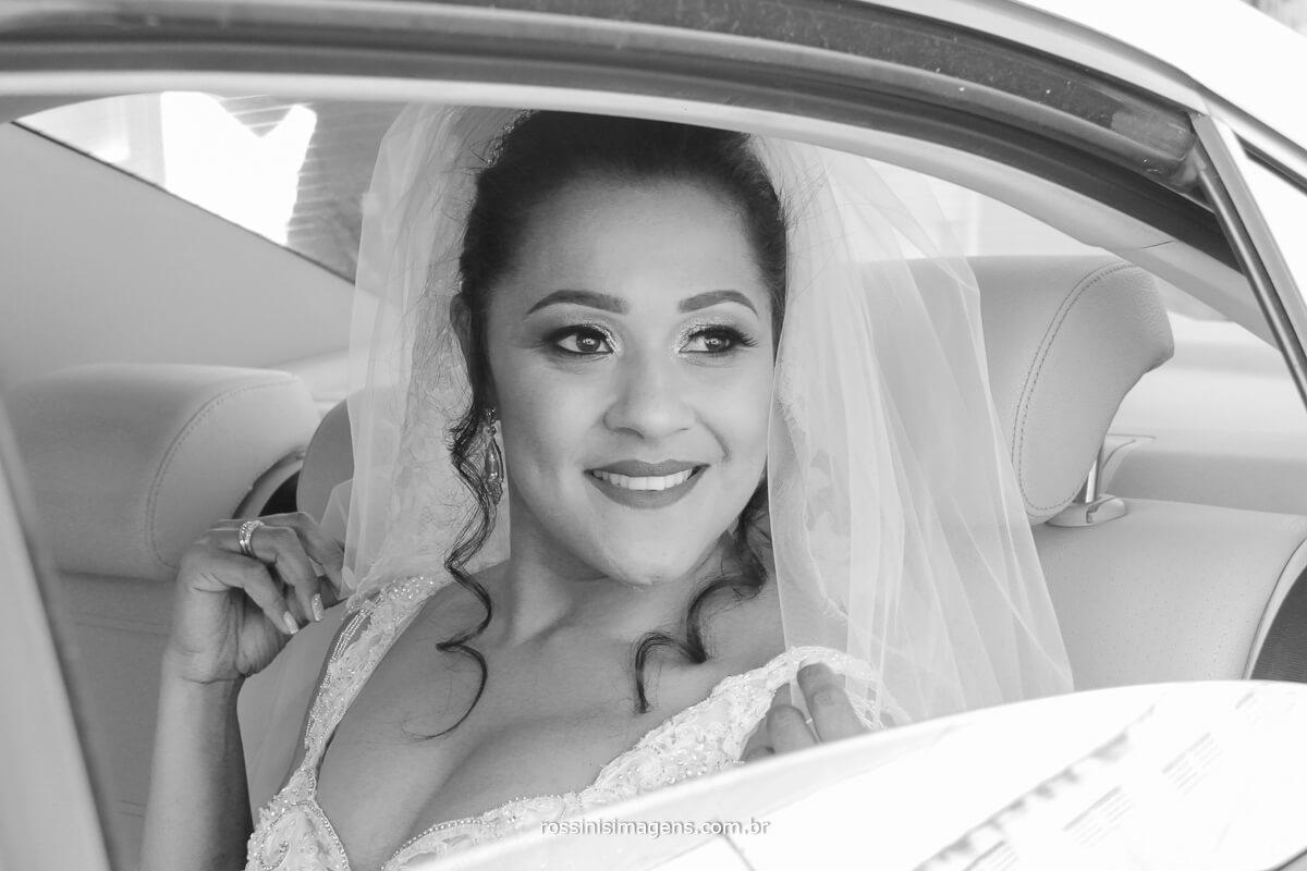 chegada da noiva de carro, noiva no carro feliz e sorridente