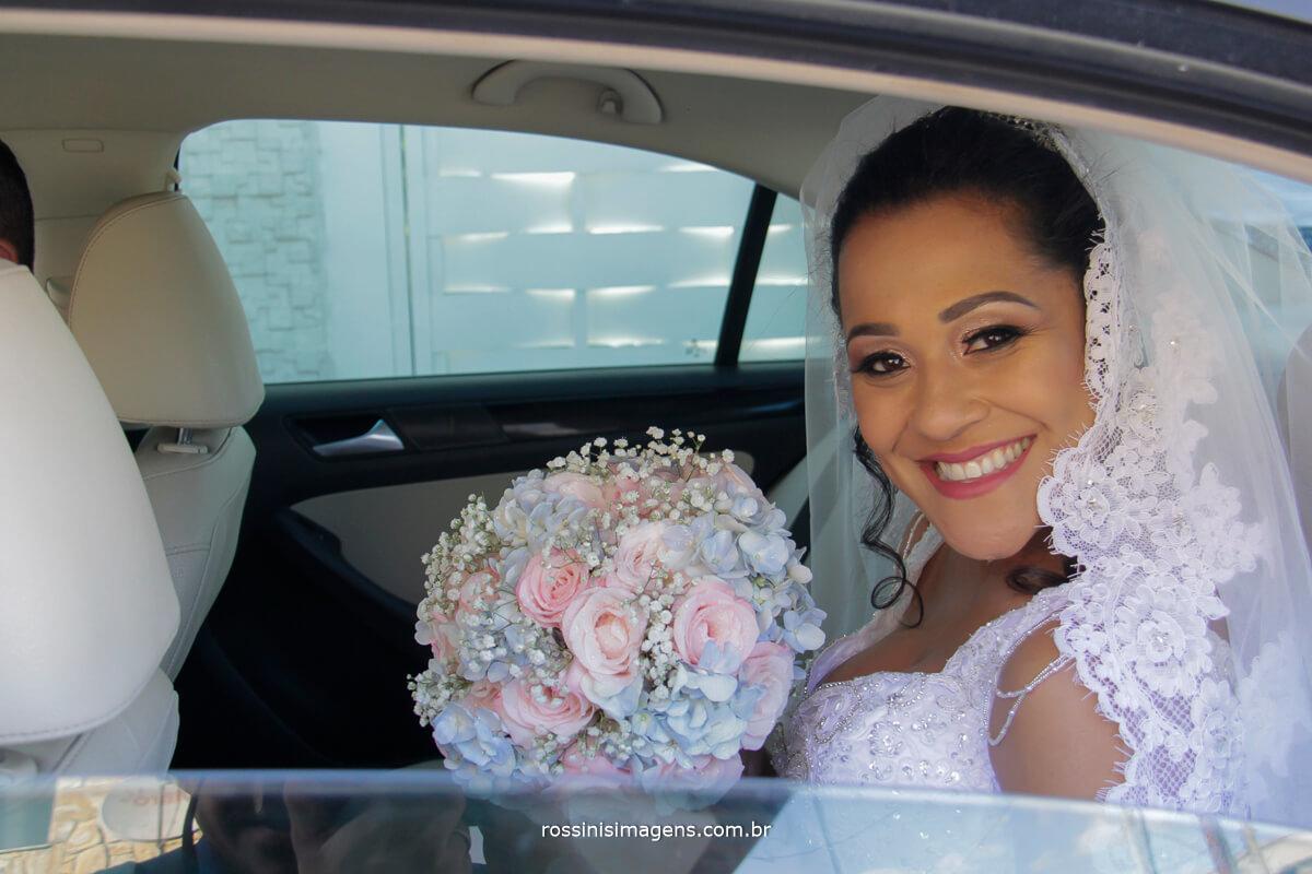 noiva dentro do carro com o lindo buque de flores