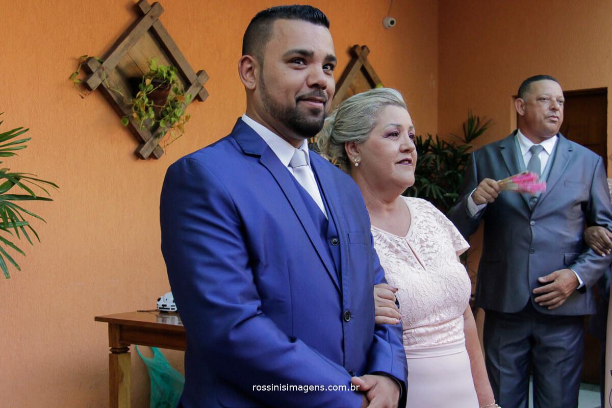 entrada do noivo no cerimonia acompanhado da mae