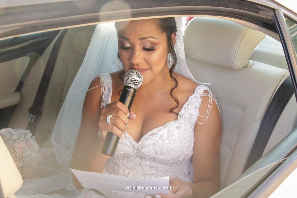 noiva no carro passando uma linda mensagem antes do momento da entrada, noiva falando no microfone