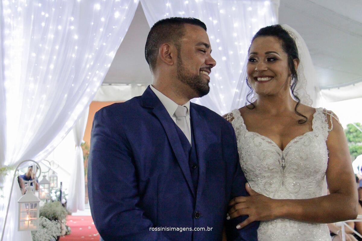 recepção do noivo no altar com a noiva se olhando com olhar apaixonado