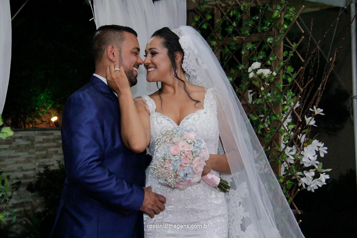 sessão de fotos com os noivos um olhando ao outro, noiva olhando