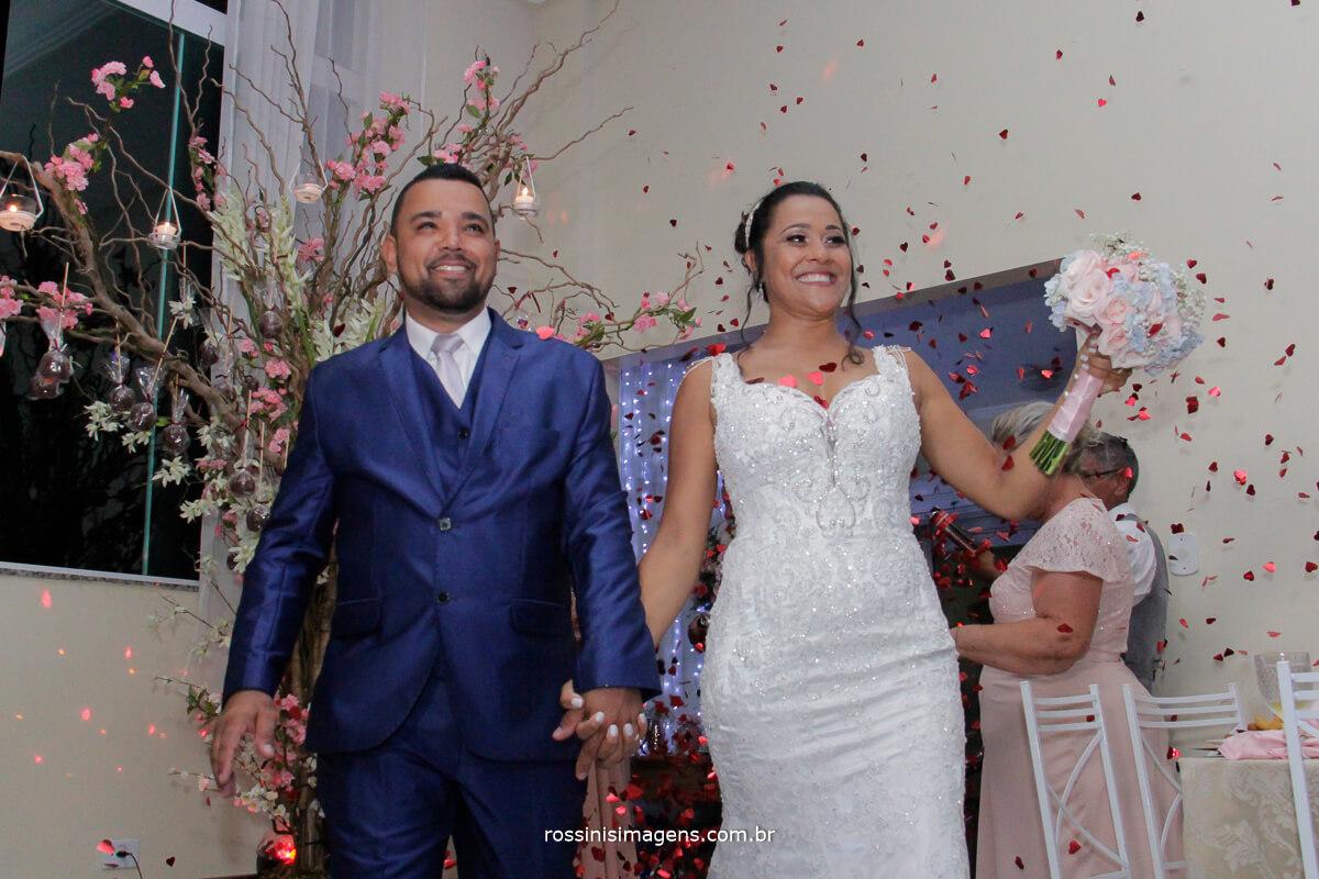 entrada dos noivos na recepção muita animada