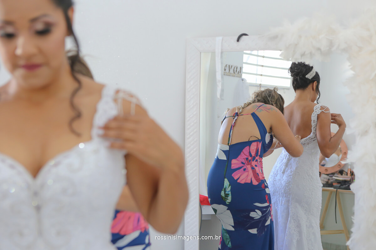 amiga da noiva fechando o vestido, noiva de branco, vestido decotado, vestido sereia