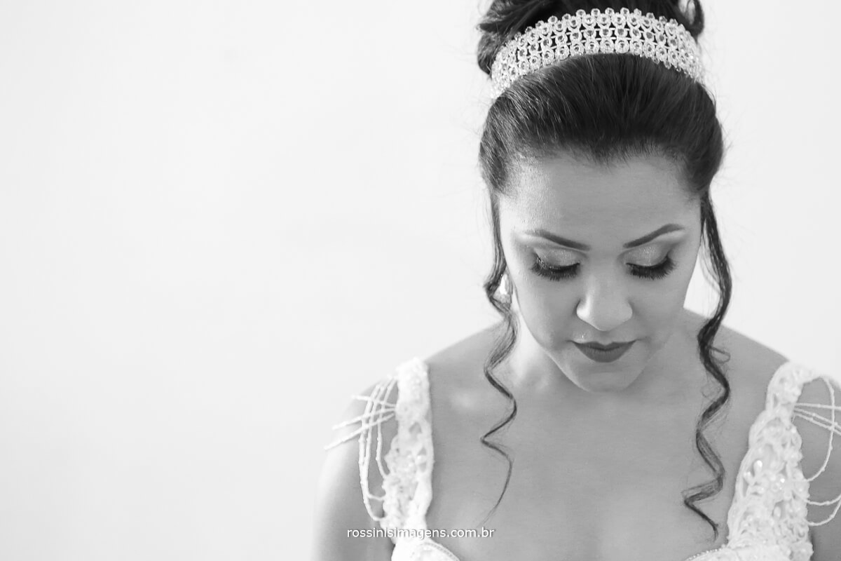 fotografia de casamento pb, noiva de branco, tiara de noiva,